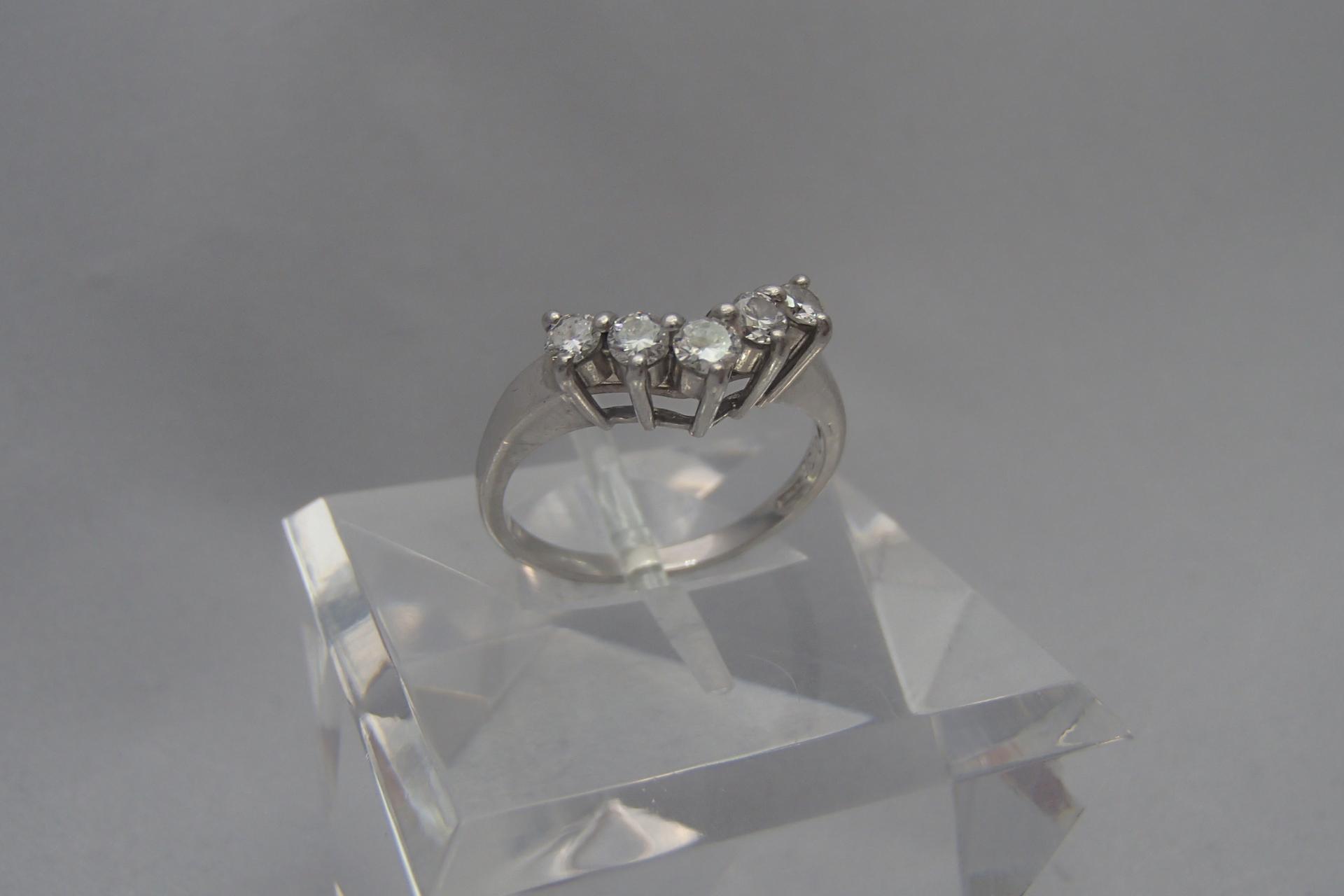 ダイヤモンドの0.3カラットってどのくらいの大きさ・値段?