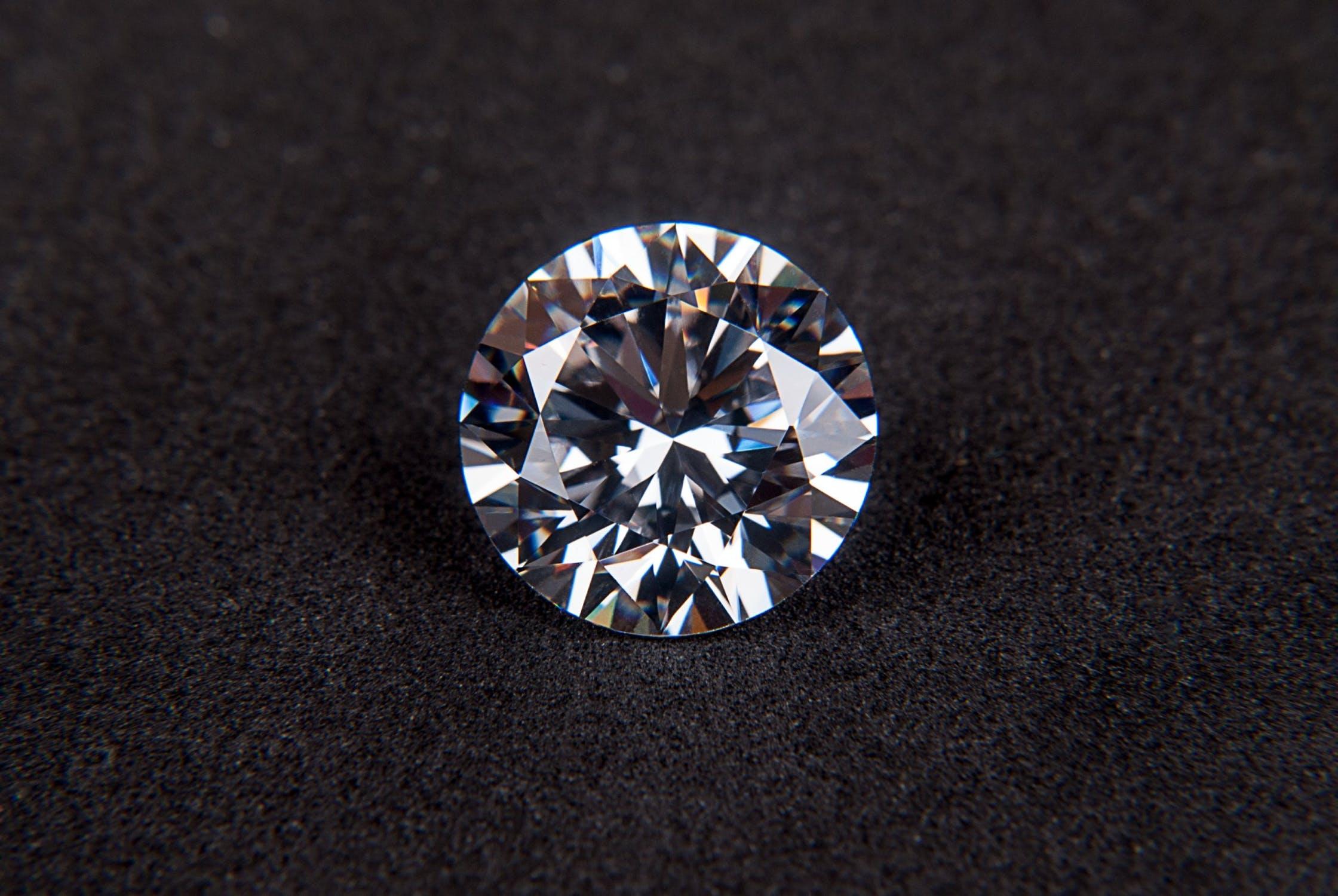 ダイヤのピアスなら素材はプラチナがベスト?
